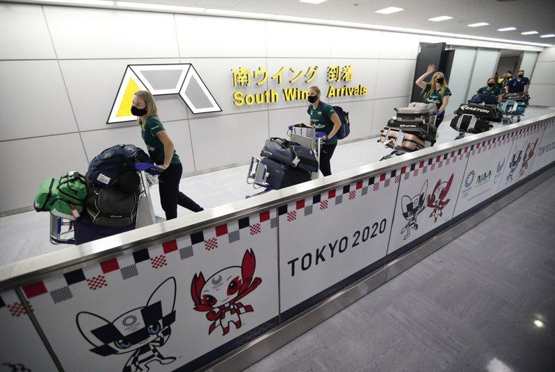 今年4月至5月期間,約有1700位奧運相關人員入境日本並沒有接受隔離,其中1人入境日本4天後確診。圖為澳洲女子壘球隊1日抵達成田機場。(美聯社)