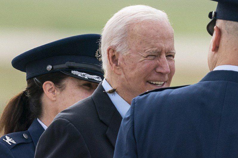 拜登总统9日在安德鲁斯联合基地与空军迎宾员聊天时,一边说话一边抹掉一只停在他脖子后方的蝉;他后来提醒记者,「小心那些蝉,我刚刚才遇上一只」。 (美联社)(photo:UDN)