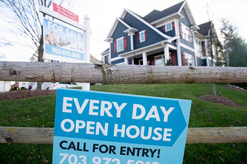 今年首季,房屋價值大漲二成,相當於平均每人帳面上賺了3萬3400元。圖為維吉尼亞州一處房屋出售。(Getty Images)