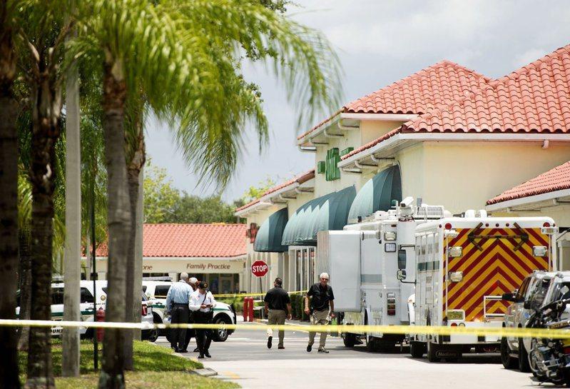 佛州皇家棕櫚海灘的一家大眾超市(Publix)連鎖分店10日發生槍擊案,一對祖孫在店內被一名男子開槍射死,槍手行凶後開槍自盡。圖為警正封鎖現場調查。(美聯社)