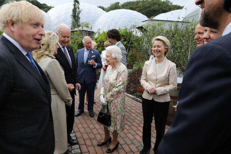 英國女王伊麗莎白二世11日參加G7峰會招待會,與到會的各國領導人寒暄對話。(Getty Images)