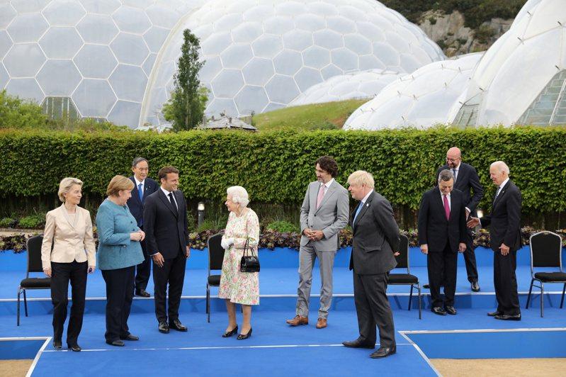 英國女王伊麗莎白二世11日參加G7峰會招待會,與到會的各國領導人見面。(路透)