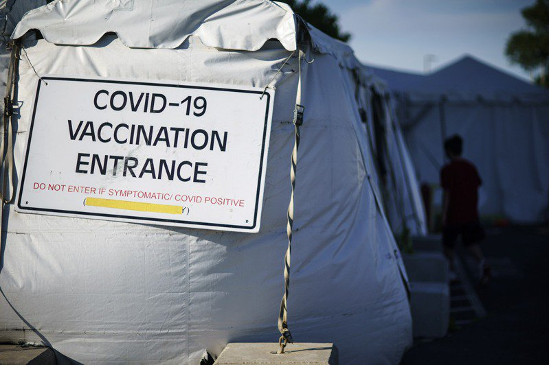 最新的Delta變種病毒已成為美國確診者的重要病源,但專家表示目前接種疫苗仍可抵抗。圖為在羅德島州一處大型疫苗接種中心的告示。(美聯社)