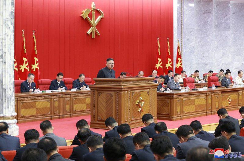 金正恩(中)15日主持勞動黨第八屆中央委員會第三次全體會議。(歐新社)