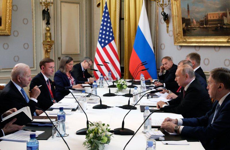拜登總統(左一)16日在瑞士日內瓦湖別墅與俄羅斯總統普亭(右二)舉行峰會。兩國外交高層都出席。(歐新社)