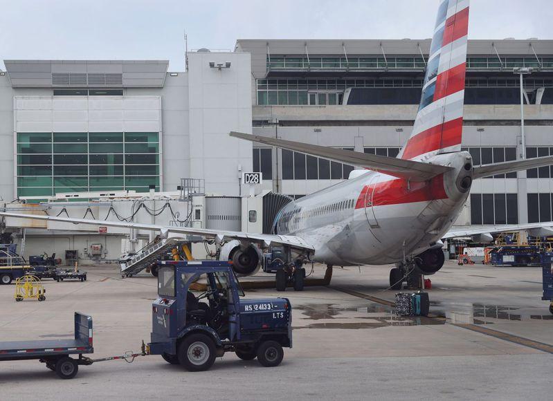 全球數家大型銀行和航空公司的網站17日發生當機。圖為美國航空公司的飛機。(Getty Images)