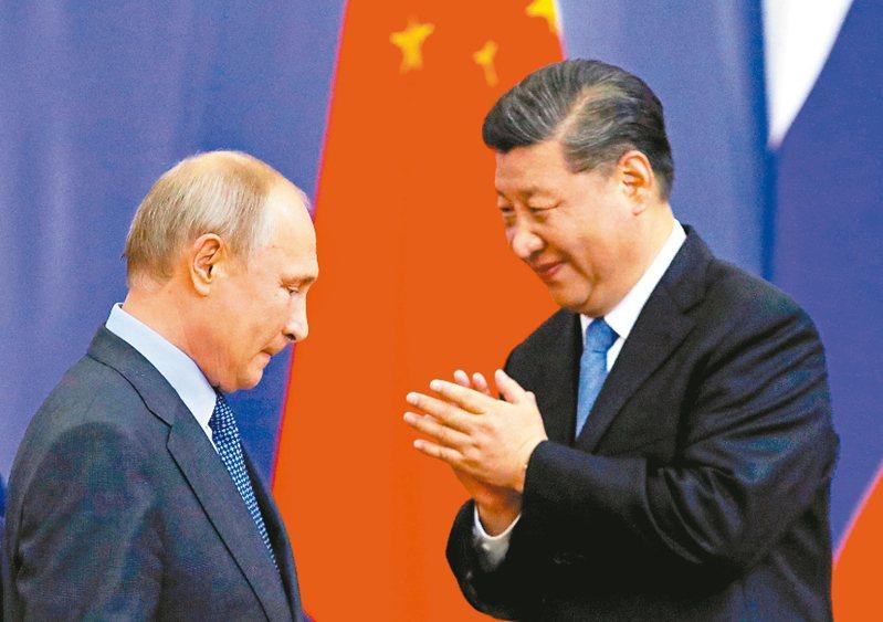 中國媒體稱美俄峰會中美國總統拜登明顯企圖挑撥中俄關係。圖為中國國家主席習近平(右)與俄羅斯總統普亭(左)。(路透)