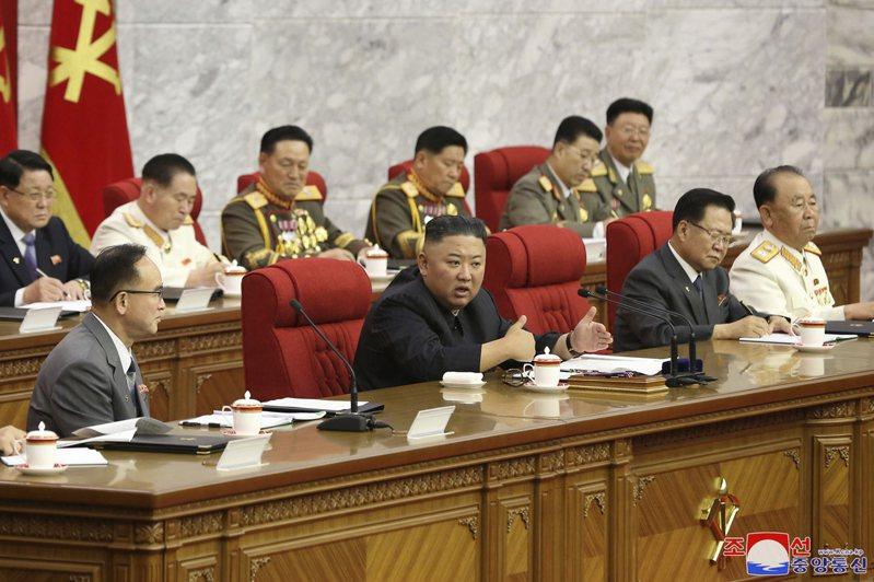 北韓領導人金正恩(前排左二)首次就美朝雙邊關係表態,分析家指出,金正恩的談話顯示他願在某個時間點回到談判桌。美聯社