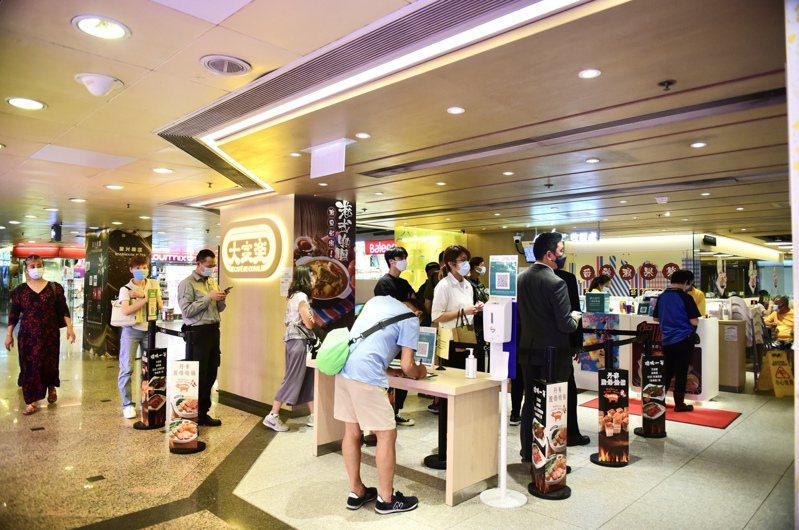有酒樓預料今年父親節生意能夠恢復到疫情前的80%。圖為香港市民於尖沙咀一家餐廳排隊點單。(中通社)