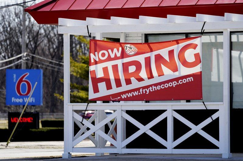 聯邦眾院跨黨派議員上周提出新的鼓勵就業法案,將發給找到工作者每周180元的獎勵津貼。圖為伊利諾州展望高地一家商店前貼出招聘廣告。(美聯社)