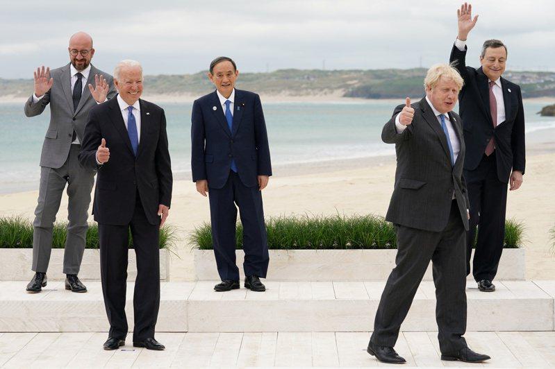 G7剛開完,菅義偉(中)被指對華態度變了。(路透)