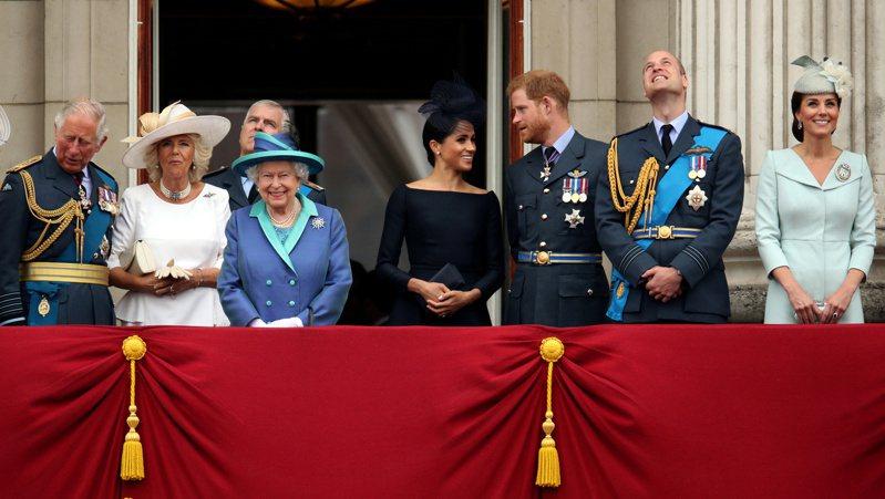 英國媒體「太陽報」爆料,指王室摘掉了哈利王子(右三)的榮譽軍銜,讓他非常憤怒,因此火速接受歐普拉專訪。(路透資料照片)