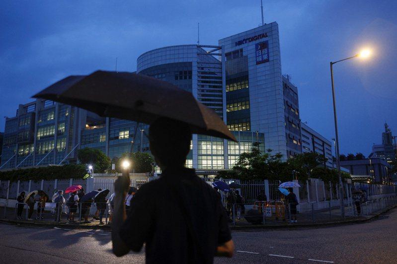 香港蘋果日報24日停刊後,傳出香港保安局開出條件,只要交出所有員工個人資料及敏感訊息,香港蘋果日報資金即可解凍,進而有機會復刊。(路透)