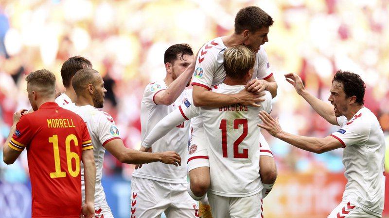 丹麥隊球員開心慶祝進球。(美聯社)