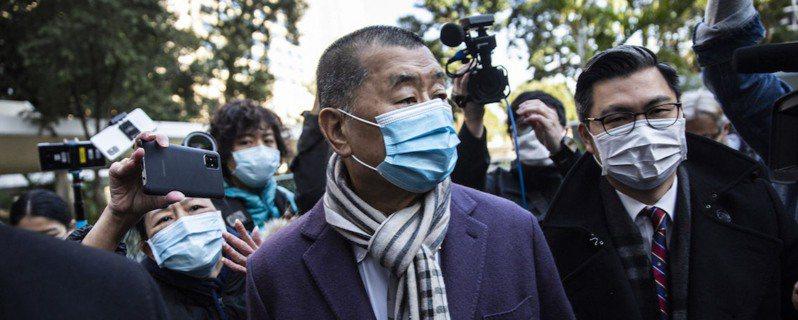 壹傳媒創辦人黎智英被指違反「港區國安法」還押至今,香港公共圖書館職員表示,黎智英著作已被下架,蘋果日報舊報章也已下架。(中央社)
