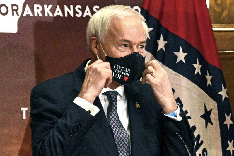 共和黨籍的阿肯色州長哈欽森。(美聯社)