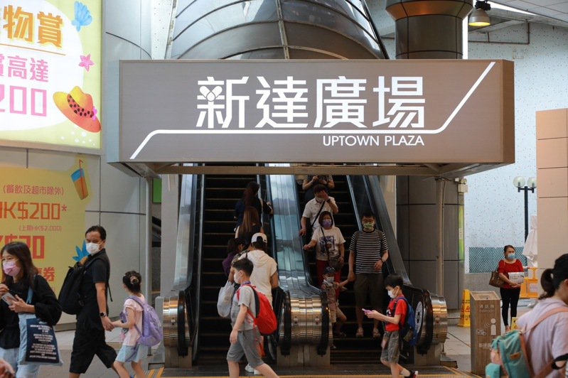香港衛生防護中心27日公布新增6宗新冠確診個案,其中一宗為本地相關個案,該個案患者與早前感染變種病毒株的27歲男子,同在大埔新達廣場負責顧客服務工作。中通社