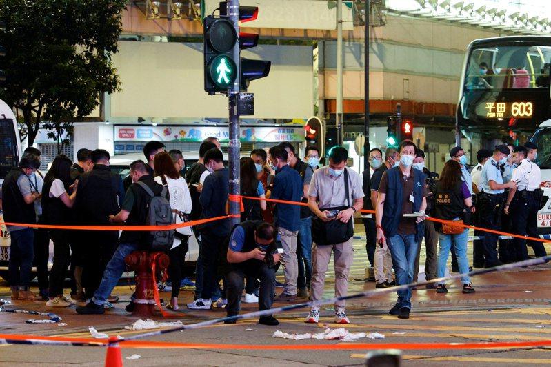 一名港警1日深夜在銅鑼灣街頭遭刺傷後,警方圍起封鎖線調查並拍照。(路透)