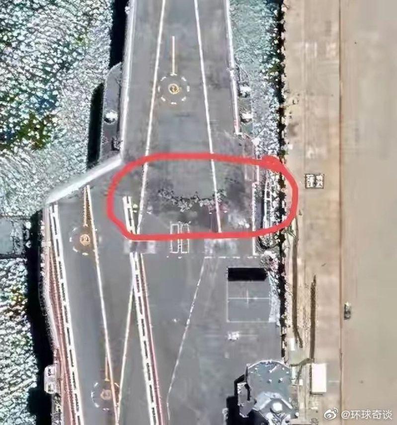 山東號衛星照驚見「不明黑痕」(紅圈處),惹來甲板損壞猜想。圖/取自微博