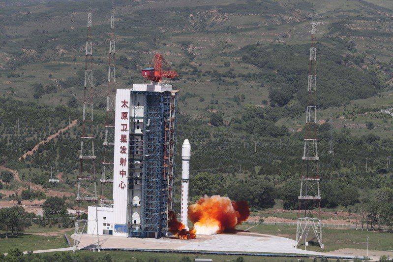 中國7月3日10時51分在太原衛星發射中心用長征二號丁運載火箭,成功將吉林一號寬幅01B衛星送入預定軌道。(新華社)