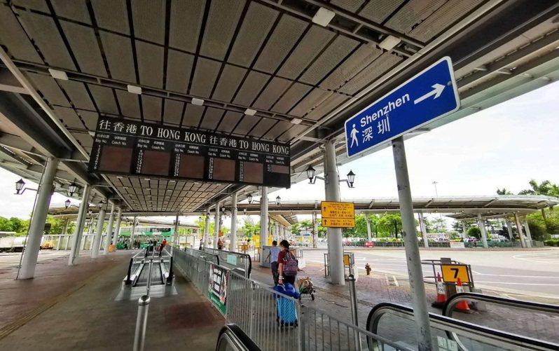 受新冠疫情影響,香港與內地至今仍未能恢復通關。(取材自北京日報)