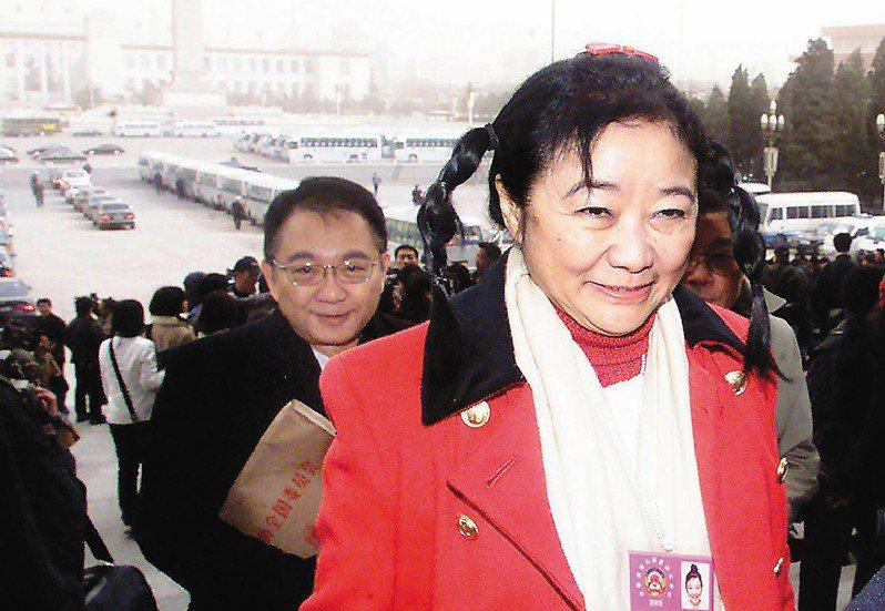 香港華懋集團前主席龔如心(前)。(中新社資料照片)