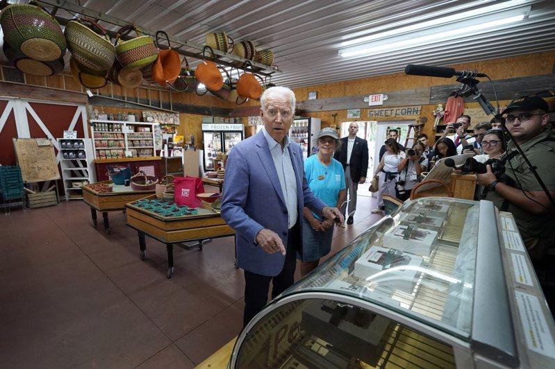 拜登總統3日在密西根州農場參訪時,面對記者提問,從西裝口袋裡找出字條回答,場面尷尬。(美聯社)