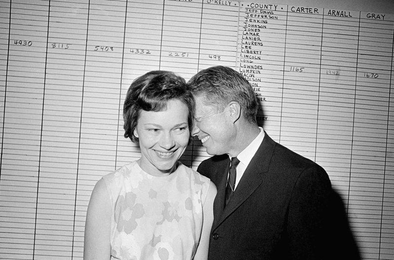 1966年9月,喬治亞州參議員卡特與妻在亞特蘭大的競選總部。(美聯社)