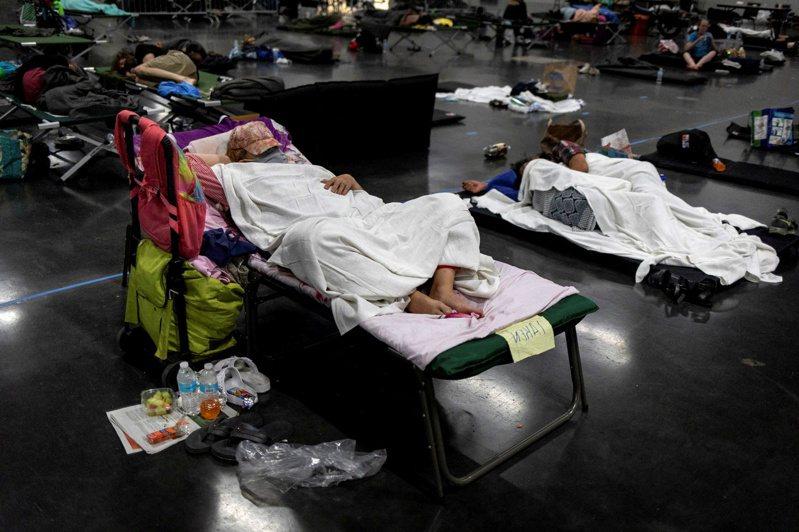俄勒岡州經過一周熱浪,造成大規模死傷事件,已有116人死亡。圖為民眾因暑熱難熬,晚上紛到戶外搭床睡覺。(路透)