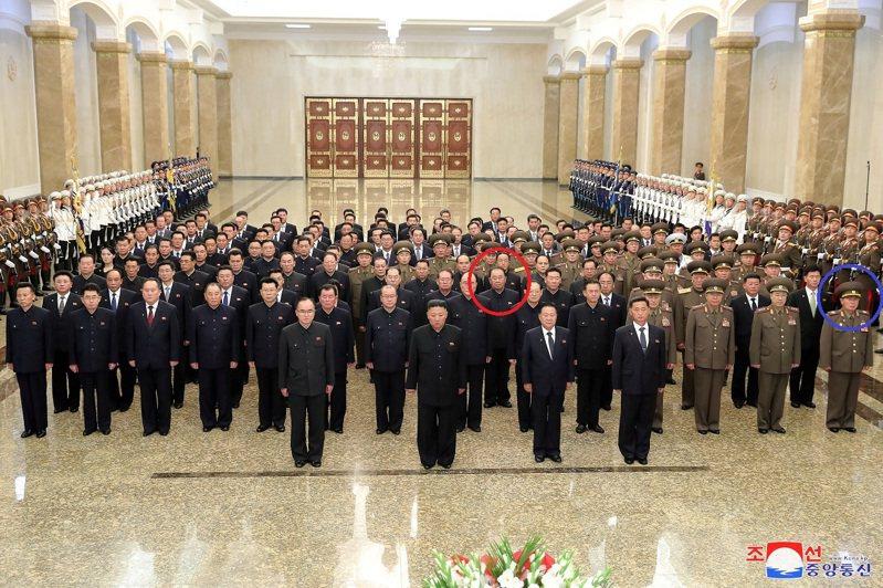 北韓官媒報導,國家領導人金正恩8日凌晨率軍政高官前往錦綉山太陽宮參拜,6月底傳出遭波及懲處的李炳哲(紅圈)與朴正天(藍圈)都在列。路透