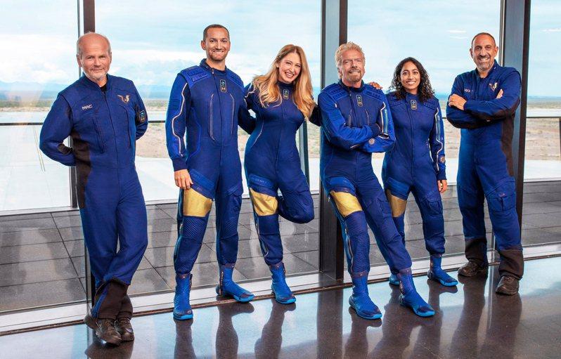 英國億萬富翁理查‧布蘭森(右三)11日上太空。歐新社