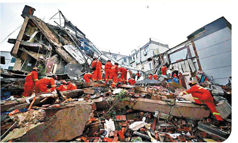 消防救援人員在江蘇蘇州吳江塌樓事故現場搜救,8人遇難,還有9人失聯。(新華社)