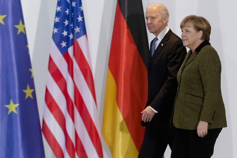 德國總理梅克爾即將訪白宮,圖為2013年時任副總統的拜登訪問柏林,與梅克爾會晤。(美聯社)