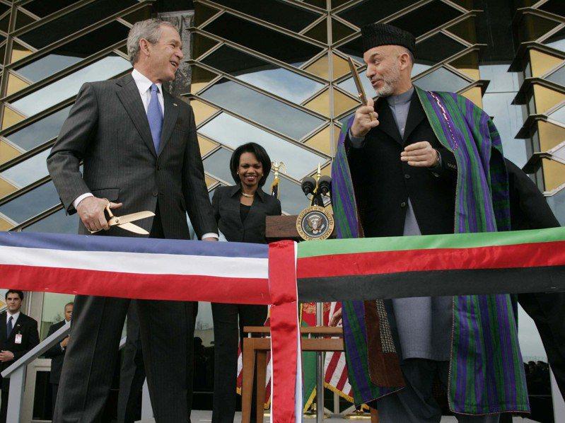 前總統小布希接受14日播出的「德國之聲」專訪時說,美國從阿富汗撤軍是錯誤決策。圖為小布希(左)2006年應邀到喀布爾主持美國大使館落成剪綵。(美聯社)