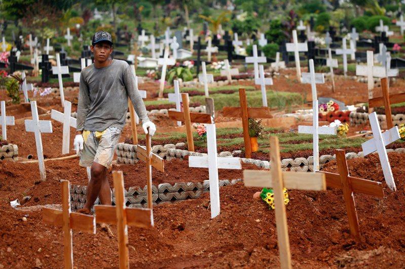 印尼日增逾5.6萬宗確診個案,死亡人數亦不斷攀升。圖為雅加達郊區的墓地。(路透)