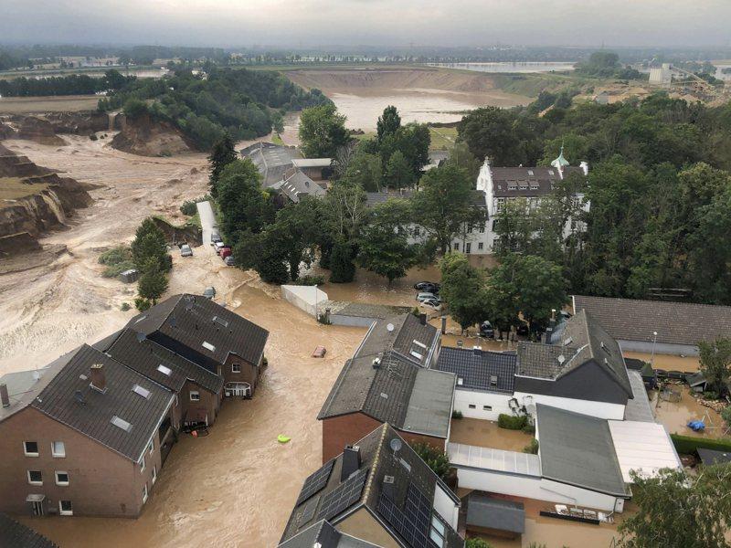 歐洲洪水氾濫,至少已有126人死亡;圖為在德國科隆西南部的Erftstadt鎮,村莊已變成澤國。美聯社