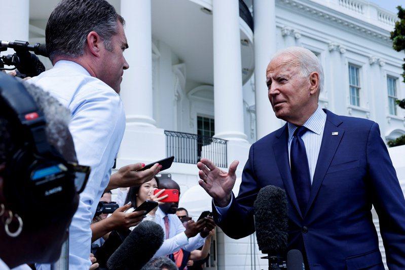 拜登總統16日在白宮表示,一些社群媒體容許疫苗不實訊息在其平台上散播,「就是在殺人」。路透