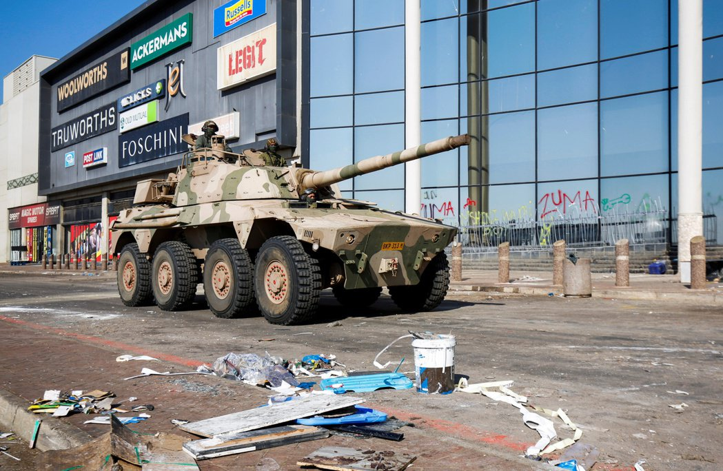 南非德班一處購物中心遭逢多日打劫後,軍方出動坦克車在附近巡邏。路透