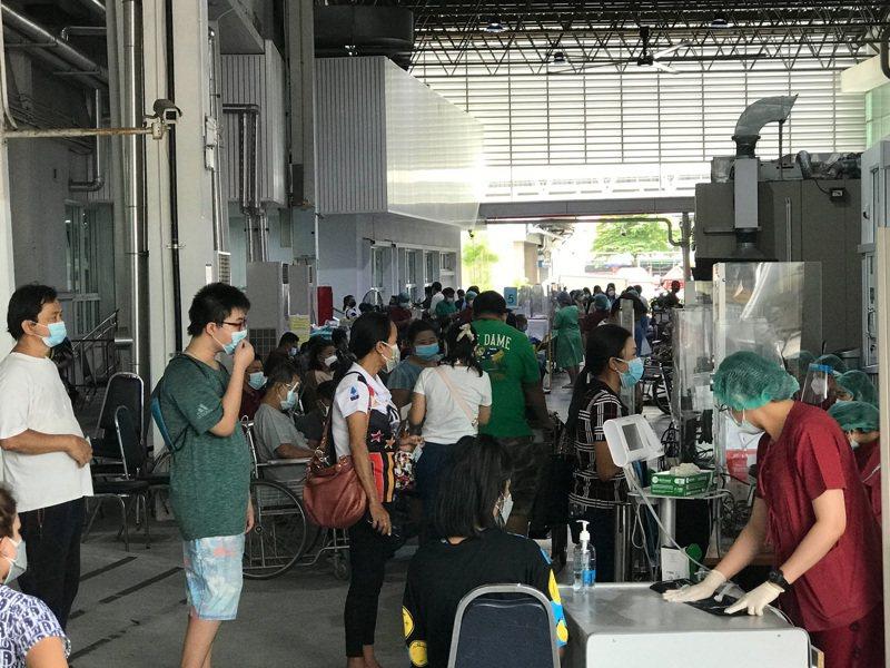 泰國17日宣布新增1萬82個2019冠狀病毒疾病(COVID-19)確診案例,141人死亡,單日新增確診人數以及死亡人數都創下新高。圖為曼谷一處醫院外擠滿檢測人潮。(中央社)