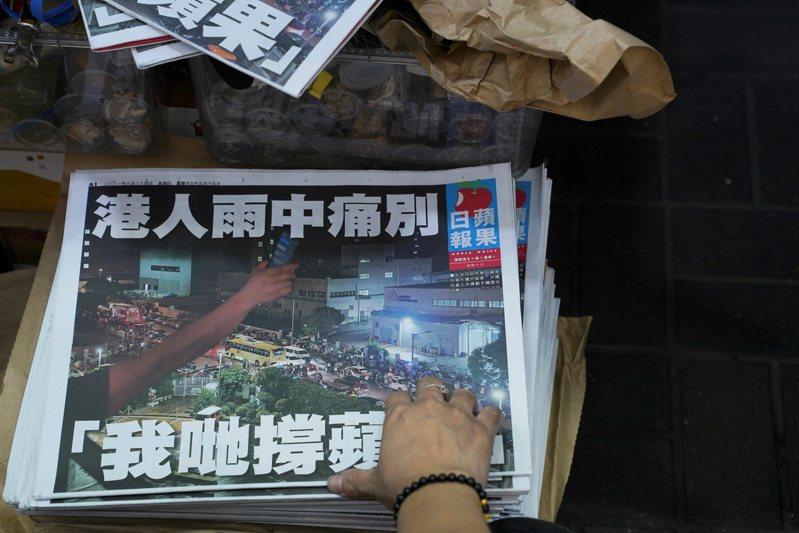 香港多家媒體報導,警方國家安全處人員今早拘捕了前蘋果日報執行總編輯林文宗。路透