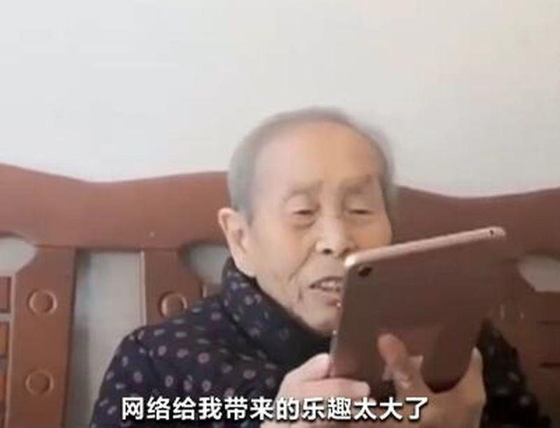10萬老人沉迷上網,每天上網10小時。(央視畫面截圖)