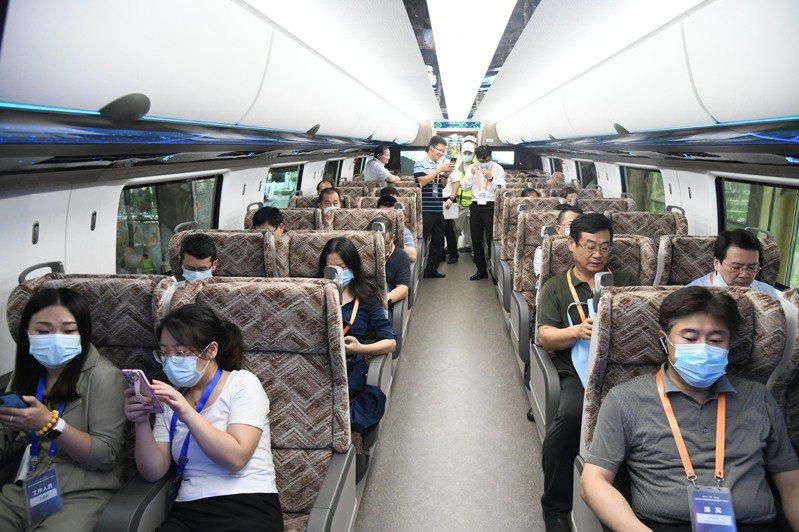 中國時速600公里高速磁浮交通系統,掌握了高速磁浮成套技術和工程化能力,參觀者在車內體驗。(新華社)
