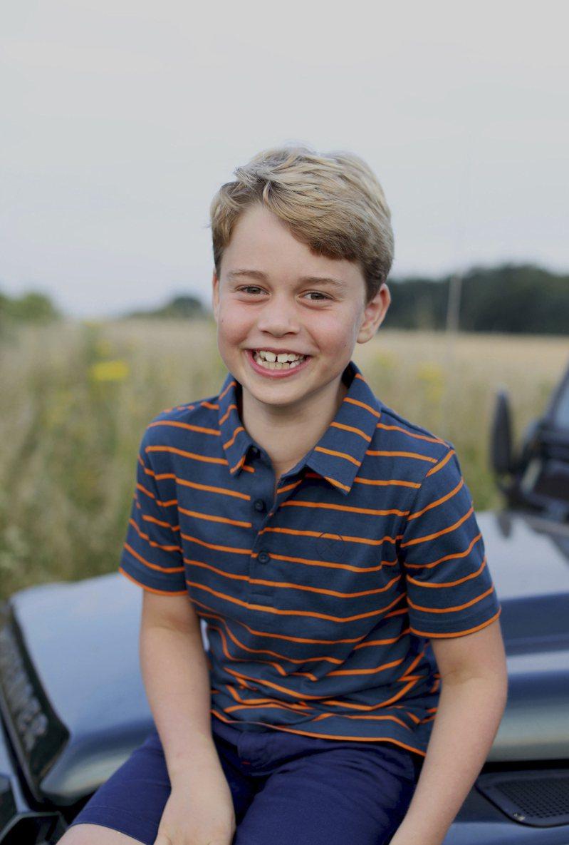 英國威廉王子和妻子凱特王妃22日發布一張兒子喬治王子的新照片,只見他臉上洋溢著燦爛的笑容、以紀念他的8歲生日。(美聯社)