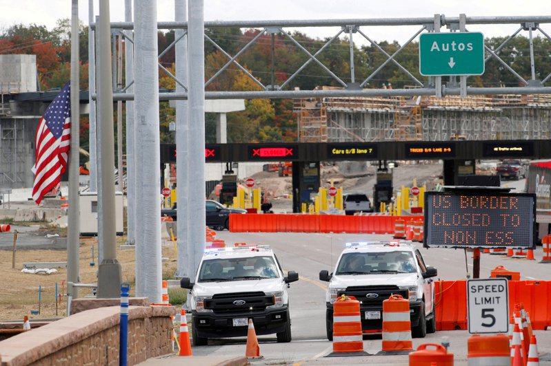 美方21日宣布與加拿大及墨西哥的陸路邊境限制措施,延長至8月21日。圖為加拿大安大略省與美邊境。(路透)