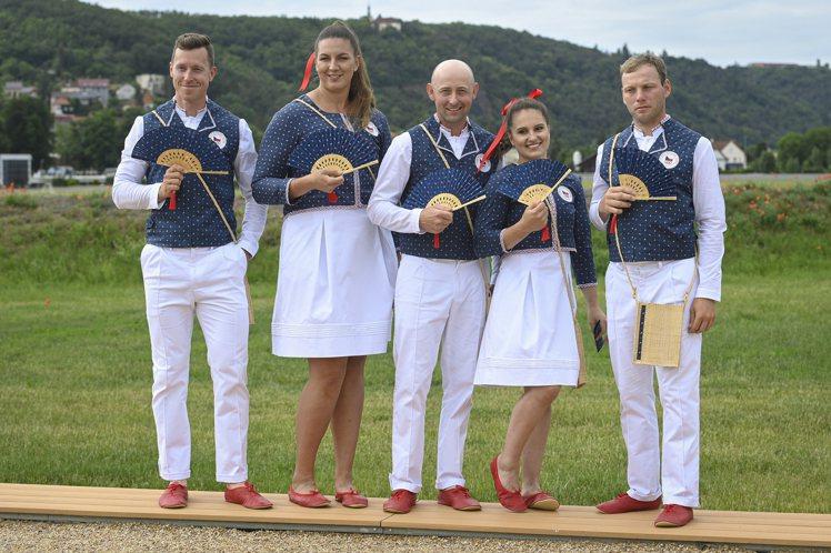 捷克奧運代表隊的制服,是傳統靛藍印染工藝設計,獲得正負兩面評論。(美聯社)