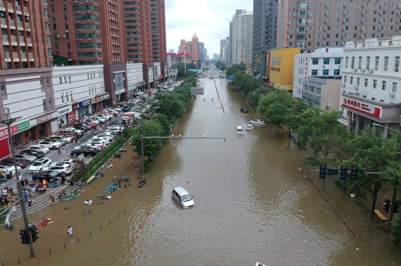 河南省鄭州市強降雨後,道路被洪水淹沒。(路透)