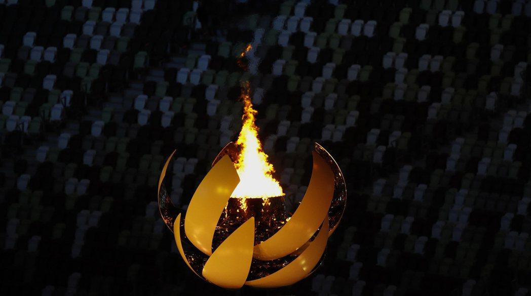 為了凸顯環保意識,東京奧運會聖火開歷史先例,首次使用氫氣為燃料;圖為熊熊燃燒的奧...