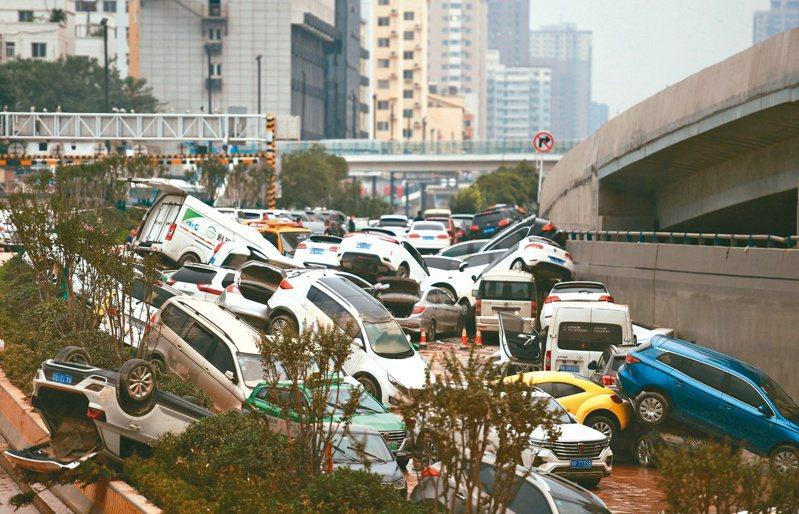 上百輛汽車埋在水裡。(新華社)