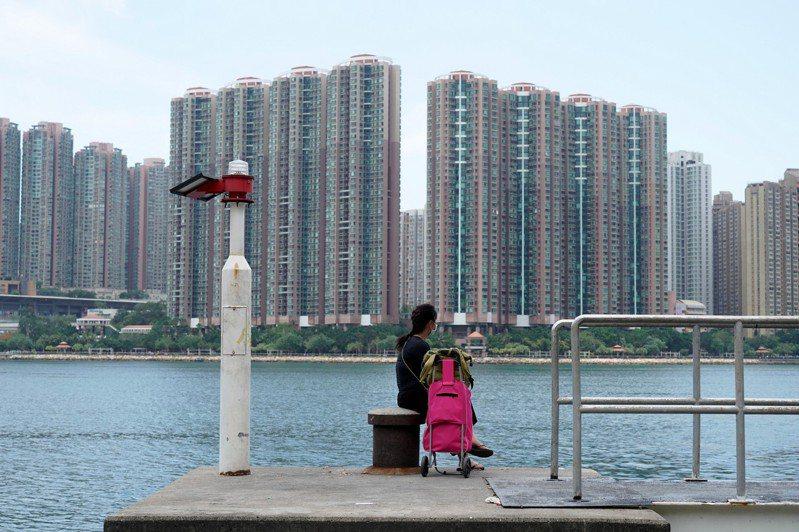 港府無法解決香港樓市天價,港人等待社會住宅的平均時間是5.8年。(中新社)