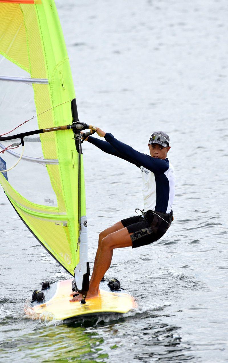 奧運滑浪風帆隊在江之島正式開賽,香港隊鄭俊樑首輪取得第三名,目前總成績排名第八。(新華社資料照片)
